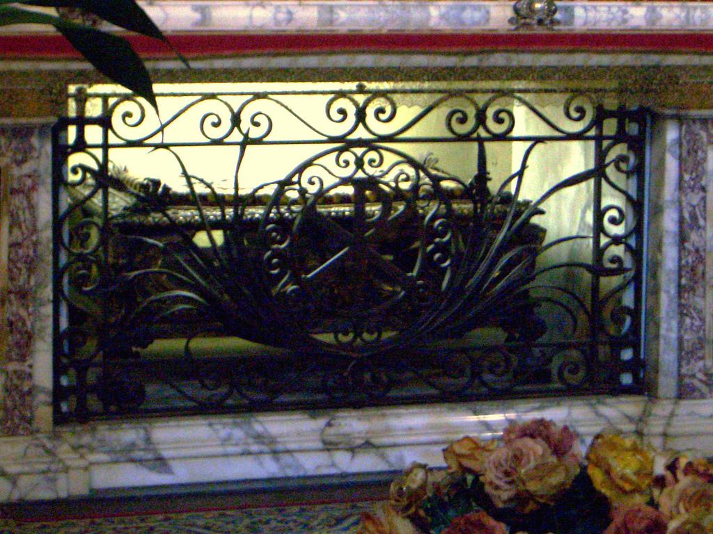 San Lorenzo in Lucina - Reliquia della graticola del martirio
