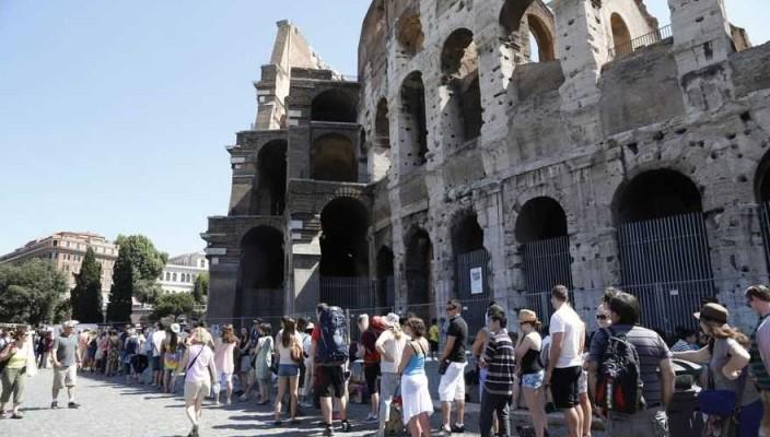 Giacomo Gabrielli Ag.Toiati Colosseo chiuso per assemblea. Coda di turisti.