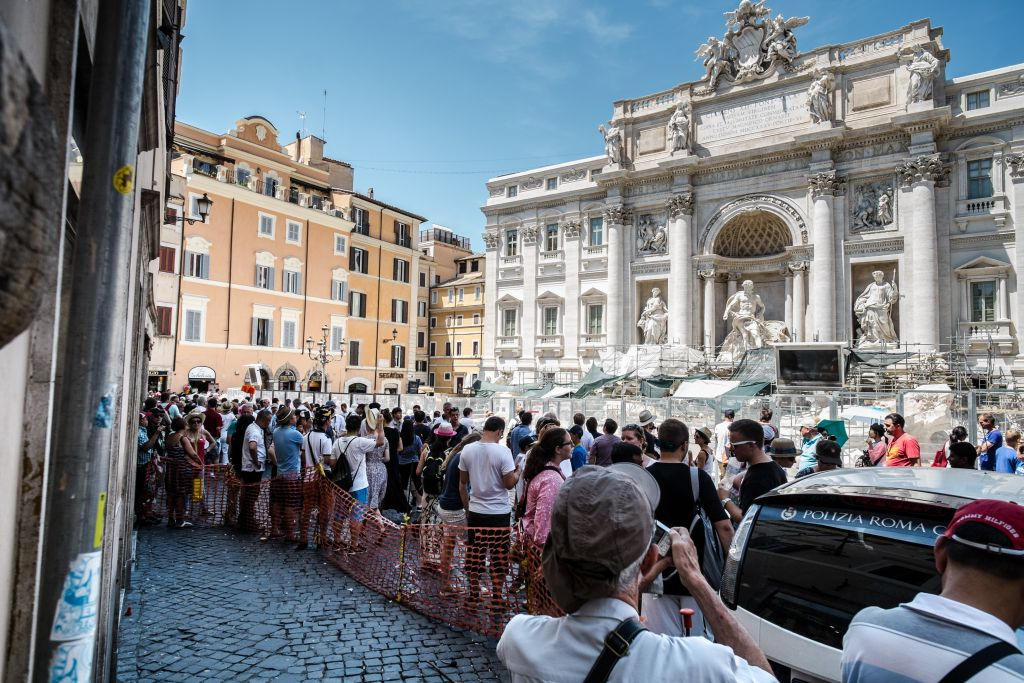 ITALY-ROME-GARBAGE-TOURISM